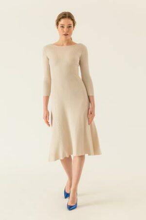 Midi Kleid ausgestellt aus Rippstrick